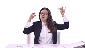 Πορτρέτο της νέας επιχειρησιακής γυναίκας στο γραφείο Έπεσε κοιμισμένη στον εργασιακό χώρο Άσπρη ανασκόπηση φιλμ μικρού μήκους