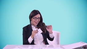 Πορτρέτο της νέας επιχειρησιακής γυναίκας στο γραφείο Είναι λίγο τρελλή Βγάλτε το κολλημένο φύλλο του εγγράφου από δικούς του φιλμ μικρού μήκους
