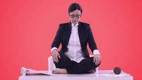 Πορτρέτο της νέας επιχειρησιακής γυναίκας στο γραφείο Κάθισε στο γραφείο στη θέση Lotus και σε μια επιχείρηση απόθεμα βίντεο