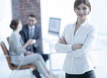 Πορτρέτο της νέας επιχειρησιακής γυναίκας στο υπόβαθρο του γραφείου Στοκ φωτογραφία με δικαίωμα ελεύθερης χρήσης