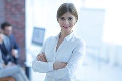 Πορτρέτο της νέας επιχειρησιακής γυναίκας στο υπόβαθρο του γραφείου Στοκ Εικόνα