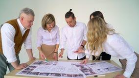 Πορτρέτο της νέας επιχειρησιακής ομάδας στην εργασία Φωτεινή σύγχρονη μικρή δημιουργική επιχείρηση Περιστασιακοί νέοι σε νέο απόθεμα βίντεο