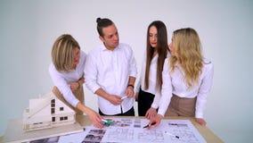 Πορτρέτο της νέας επιχειρησιακής ομάδας στην εργασία Φωτεινή σύγχρονη μικρή δημιουργική επιχείρηση Περιστασιακοί νέοι σε νέο φιλμ μικρού μήκους