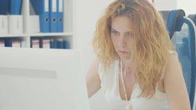Πορτρέτο της νέας εργασίας επιχειρησιακών γυναικών στο ελαφρύ σύγχρονο γραφείο απόθεμα βίντεο