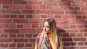 Πορτρέτο της νέας ευτυχούς γυναίκας από το τουβλότοιχο απόθεμα βίντεο