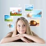 Πορτρέτο της νέας ευτυχούς γυναίκας με τις μνήμες διακοπών ταξιδιού Στοκ εικόνες με δικαίωμα ελεύθερης χρήσης