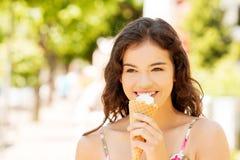 Πορτρέτο της νέας ευτυχούς γυναίκας που τρώει το παγωτό Στοκ φωτογραφία με δικαίωμα ελεύθερης χρήσης