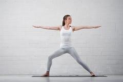 Πορτρέτο της νέας ελκυστικής γιόγκας άσκησης γυναικών Στοκ φωτογραφία με δικαίωμα ελεύθερης χρήσης