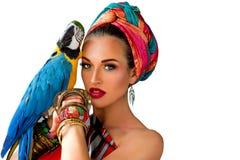 Πορτρέτο της νέας ελκυστικής γυναίκας στο αφρικανικό ύφος με το ara Στοκ Φωτογραφίες
