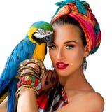 Πορτρέτο της νέας ελκυστικής γυναίκας στο αφρικανικό ύφος με το ara Στοκ φωτογραφία με δικαίωμα ελεύθερης χρήσης