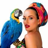 Πορτρέτο της νέας ελκυστικής γυναίκας στο αφρικανικό ύφος με το ara Στοκ φωτογραφίες με δικαίωμα ελεύθερης χρήσης
