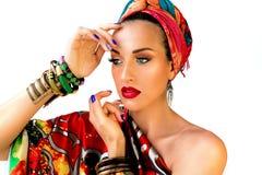 Πορτρέτο της νέας ελκυστικής γυναίκας στο αφρικανικό ύφος Στοκ Φωτογραφίες