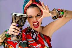 Πορτρέτο της νέας ελκυστικής γυναίκας στο αφρικανικό ύφος Στοκ εικόνα με δικαίωμα ελεύθερης χρήσης