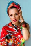 Πορτρέτο της νέας ελκυστικής γυναίκας στο αφρικανικό ύφος Στοκ Εικόνες