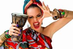 Πορτρέτο της νέας ελκυστικής γυναίκας στο αφρικανικό ύφος Στοκ φωτογραφία με δικαίωμα ελεύθερης χρήσης