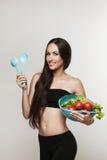 Πορτρέτο της νέας κατάλληλης γυναίκας που τρώει τα λαχανικά Στοκ φωτογραφία με δικαίωμα ελεύθερης χρήσης