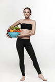 Πορτρέτο της νέας κατάλληλης γυναίκας που τρώει τα λαχανικά Στοκ εικόνα με δικαίωμα ελεύθερης χρήσης