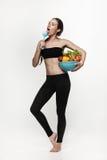 Πορτρέτο της νέας κατάλληλης γυναίκας που τρώει τα λαχανικά Στοκ Εικόνα
