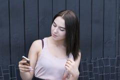 Πορτρέτο της νέας κομψής γυναίκας έξω από τη χρησιμοποίηση του τηλεφώνου στοκ εικόνες με δικαίωμα ελεύθερης χρήσης