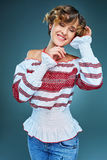 Πορτρέτο της νέας κυρίας με την κοντή κυματιστή τρίχα στο embroide στοκ φωτογραφία με δικαίωμα ελεύθερης χρήσης