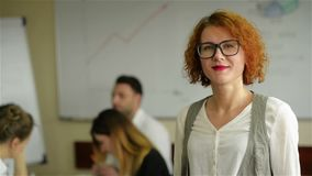 Πορτρέτο της νέας λευκής γυναίκας σε έναν πολυάσχολο σύγχρονο εργασιακό χώρο φιλμ μικρού μήκους