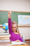 Πορτρέτο της νέας μαθήτριας που αυξάνει το χέρι της Στοκ Εικόνα