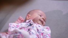 Πορτρέτο της νέας μητέρας με τη χαριτωμένη νεογέννητη κόρη της που βρίσκεται στα rightwards καναπέδων και προσοχής στο καθιστικό απόθεμα βίντεο