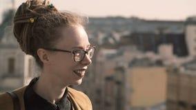 Πορτρέτο της νέας μοντέρνης γυναίκας με τα dreadlocks που στέκονται στα πλαίσια του πανοράματος και που κοιτάζουν γύρω απόθεμα βίντεο