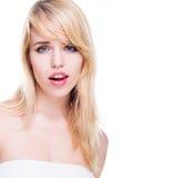Πορτρέτο της νέας ξανθής γυναίκας με τα μπλε μάτια Στοκ εικόνα με δικαίωμα ελεύθερης χρήσης
