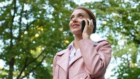 Πορτρέτο της νέας ομιλίας γυναικών στο κινητό τηλέφωνο απόθεμα βίντεο