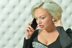 Πορτρέτο της νέας ομιλίας γυναικών στο τηλέφωνο Στοκ Φωτογραφίες
