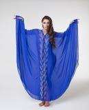 Πορτρέτο της νέας προκλητικής γυναίκας στην μπλε τινίκ Αραβικά Στοκ Φωτογραφίες