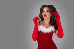 Πορτρέτο της νέας, προκλητικής και όμορφης γυναίκας στο φόρεμα Χριστουγέννων Γκρίζα ανασκόπηση Έννοια Χριστουγέννων, Χριστουγέννω στοκ φωτογραφία