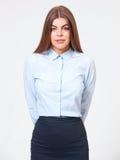Πορτρέτο της νέας στάσης επιχειρησιακών γυναικών στο επίσημο μπλε πουκάμισο Στοκ Εικόνες