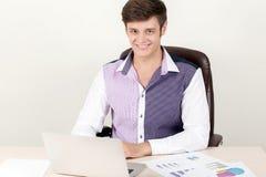 Πορτρέτο της νέας συνεδρίασης επιχειρηματιών στο γραφείο και της χρησιμοποίησης του lap-top του εργαζόμενος στο νέο πρόγραμμα Στοκ Εικόνες