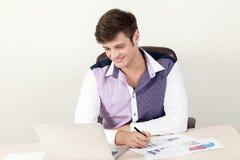 Πορτρέτο της νέας συνεδρίασης επιχειρηματιών στο γραφείο και της χρησιμοποίησης του lap-top του εργαζόμενος στο νέο πρόγραμμα Στοκ Εικόνα