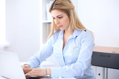 Πορτρέτο της νέας συνεδρίασης κοριτσιών επιχειρησιακών γυναικών ή σπουδαστών στον εργασιακό χώρο γραφείων Έννοια εγχώριων επιχειρ Στοκ Εικόνα