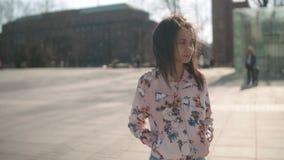 Πορτρέτο της νέας τοποθέτησης γυναικών αφροαμερικάνων σε μια κάμερα, υπαίθρια απόθεμα βίντεο
