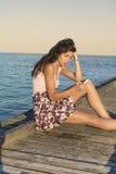 Πορτρέτο της νέας λυπημένης γυναίκας, που λαμβάνει τα κακά sms στην παραλία Στοκ φωτογραφίες με δικαίωμα ελεύθερης χρήσης