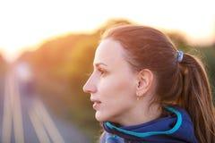 Πορτρέτο της νέας φίλαθλης γυναίκας το βράδυ Στοκ Εικόνα