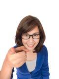 Πορτρέτο της νέας χαμογελώντας επιχειρησιακής γυναίκας που δείχνει το δάχτυλο στην άποψη Στοκ Εικόνες