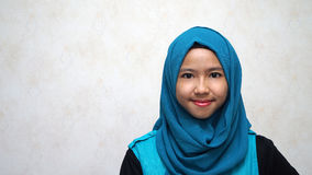 Πορτρέτο της νέας όμορφης ασιατικής μουσουλμανικής γυναίκας που φορά το μουσουλμανικό Δρ στοκ εικόνες