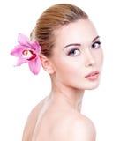 Πορτρέτο της νέας όμορφης γυναίκας με ένα υγιές καθαρό δέρμα του τ Στοκ φωτογραφία με δικαίωμα ελεύθερης χρήσης