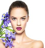 Πορτρέτο της νέας όμορφης γυναίκας με ένα υγιές καθαρό δέρμα του τ στοκ εικόνες