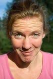 Πορτρέτο της νέας όμορφης γυναίκας με τα αστεία πρόσωπα Στοκ εικόνα με δικαίωμα ελεύθερης χρήσης