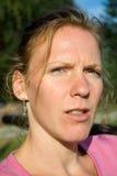 Πορτρέτο της νέας όμορφης γυναίκας με τα αστεία πρόσωπα Στοκ εικόνες με δικαίωμα ελεύθερης χρήσης