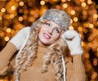 Πορτρέτο της νέας όμορφης γυναίκας με τη μακριά δίκαιη τρίχα υπαίθρια σε μια κρύα χειμερινή ημέρα. Όμορφο ξανθό κορίτσι στα χειμερ Στοκ Εικόνες