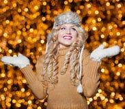 Πορτρέτο της νέας όμορφης γυναίκας με τη μακριά δίκαιη τρίχα υπαίθρια σε μια κρύα χειμερινή ημέρα. Όμορφο ξανθό κορίτσι στα χειμερ Στοκ εικόνα με δικαίωμα ελεύθερης χρήσης
