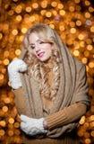 Πορτρέτο της νέας όμορφης γυναίκας με τη μακριά δίκαιη τρίχα υπαίθρια σε μια κρύα χειμερινή ημέρα. Όμορφο ξανθό κορίτσι στα χειμερ Στοκ φωτογραφία με δικαίωμα ελεύθερης χρήσης