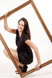 Πορτρέτο της νέας όμορφης γυναίκας που κρατά το μεγάλο πλαίσιο στοκ εικόνες με δικαίωμα ελεύθερης χρήσης